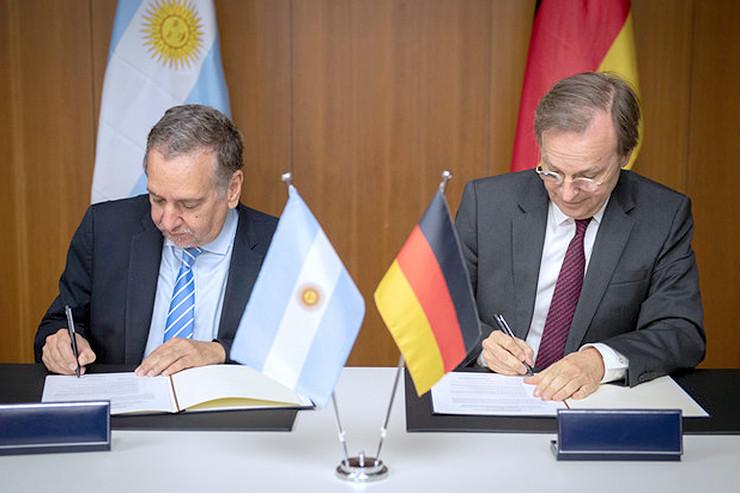 Die Staatssekretäre Lino Barañao (l.) und Thomas Rachel. (Foto: BMBF/Rickel)