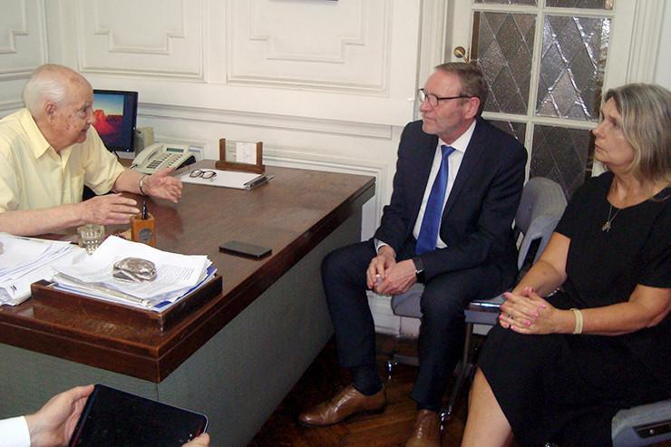 Helmut Schleweis (M.) im Gespräch mit Dr. Juan Alemann und Cornelia Schmidt-Liermann