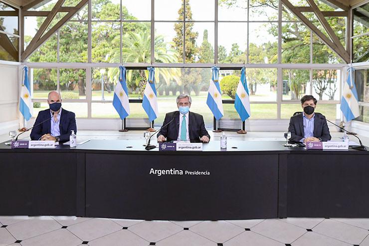 Alberto Fernández (M.) mit Horacio Rodríguez Larreta (l.) und Axel Kicillof.