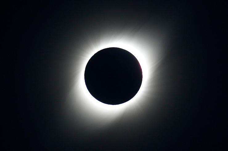 Der Mond hat sich über die Sonne geschoben. Entlang der Route der Sonnenfinsternis sahen zahlreiche Schaulustige zu.