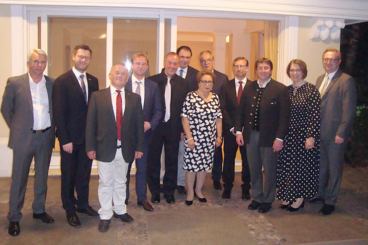 Die Delegation im Garten der Botschafterresidenz