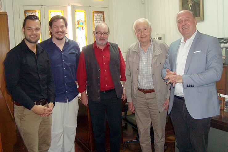 (V.l.n.r.) Marco Just Quiles, AT-Redakteur Marcus Christoph, Redaktionsleiter Stefan Kuhn, Verleger Juan Alemann und Hartmut Koschyk.