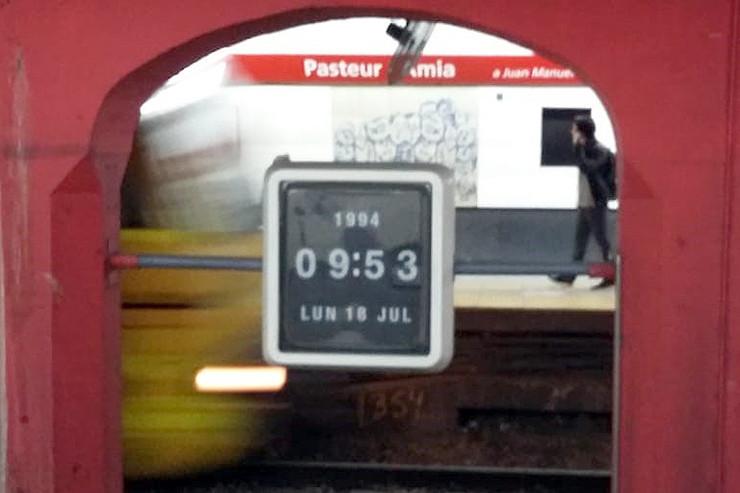 Eine Uhr in der U-Bahnstation Pasteur-AMIA erinnert an den Zeitpunk des Anschlags. Am 18. Juli jährt er sich zum 25. Mal.