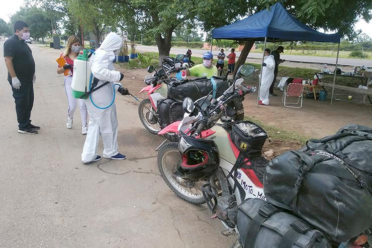 Die Motorräder werden desinfiziert.