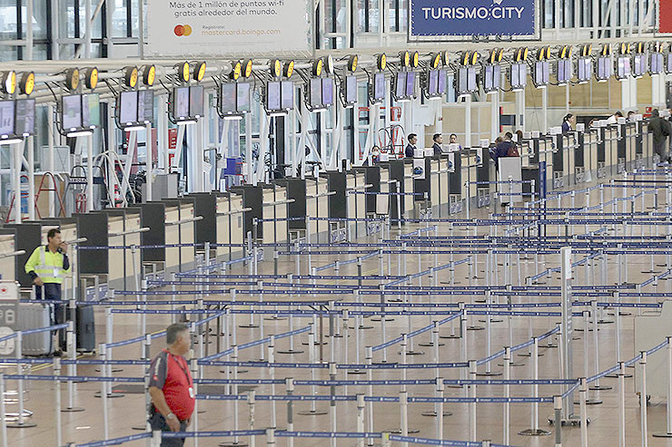 Blick auf die fast menschenleere Flur des internationalen Flughafens