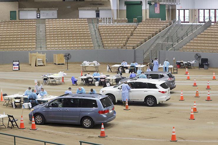 Medizinische Mitarbeiter führen Covid-19-Tests in einer provisorischen Teststation im Williamson County Agricultural Center