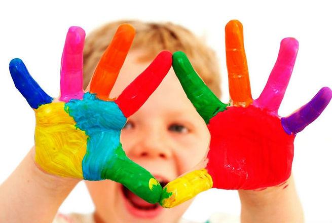 Mani bambino colorate www.scuolaluigibutturini.com