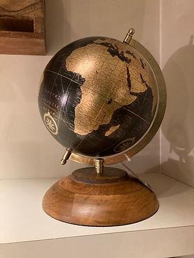 Wereldbol op houten statief (1).jpg