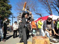 毎年、豊田北口商店連合会の新春の集いにて、餅をつかせて頂いています