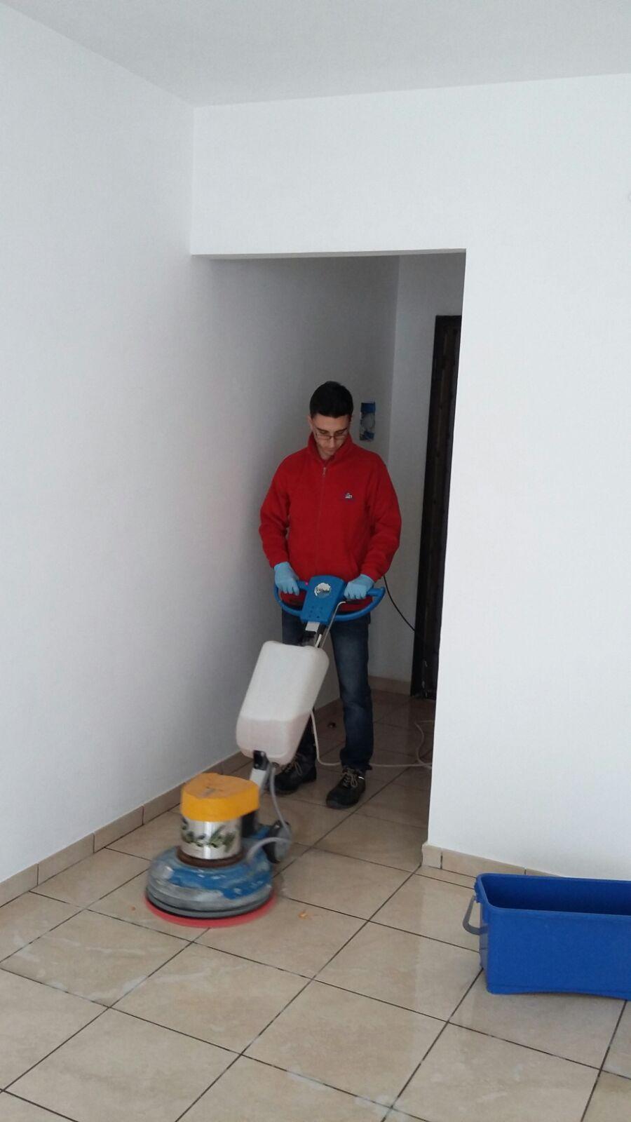 pulizia pavimento con monospazzola