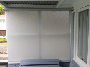 Mesh outdoor screen with gearbox