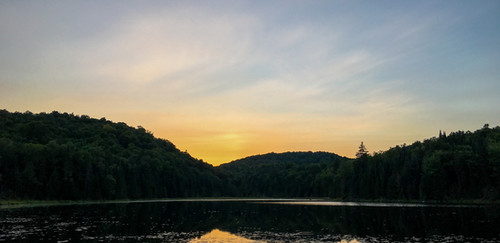 Le grand lac au crépuscule.