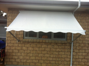 Drop arm awning, manual operation