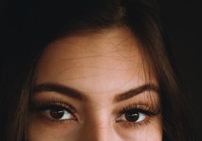 Los ojos sombríos