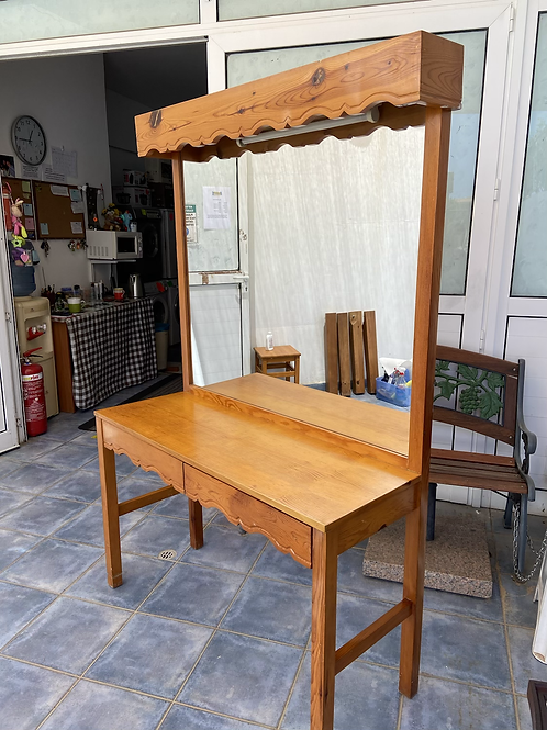 Large pine dressing table with 2 drawers and mirror