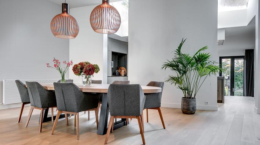 Designverlichting in de eetkamer. Ingetogen en sfeervol lichtontwerp van De Lichtplanners.