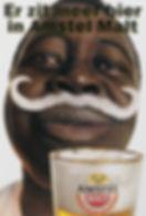 Surinaamse man met zwierig krullende bierschuim snor