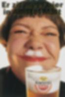 gezellige meid met grappig klein bier snorretje