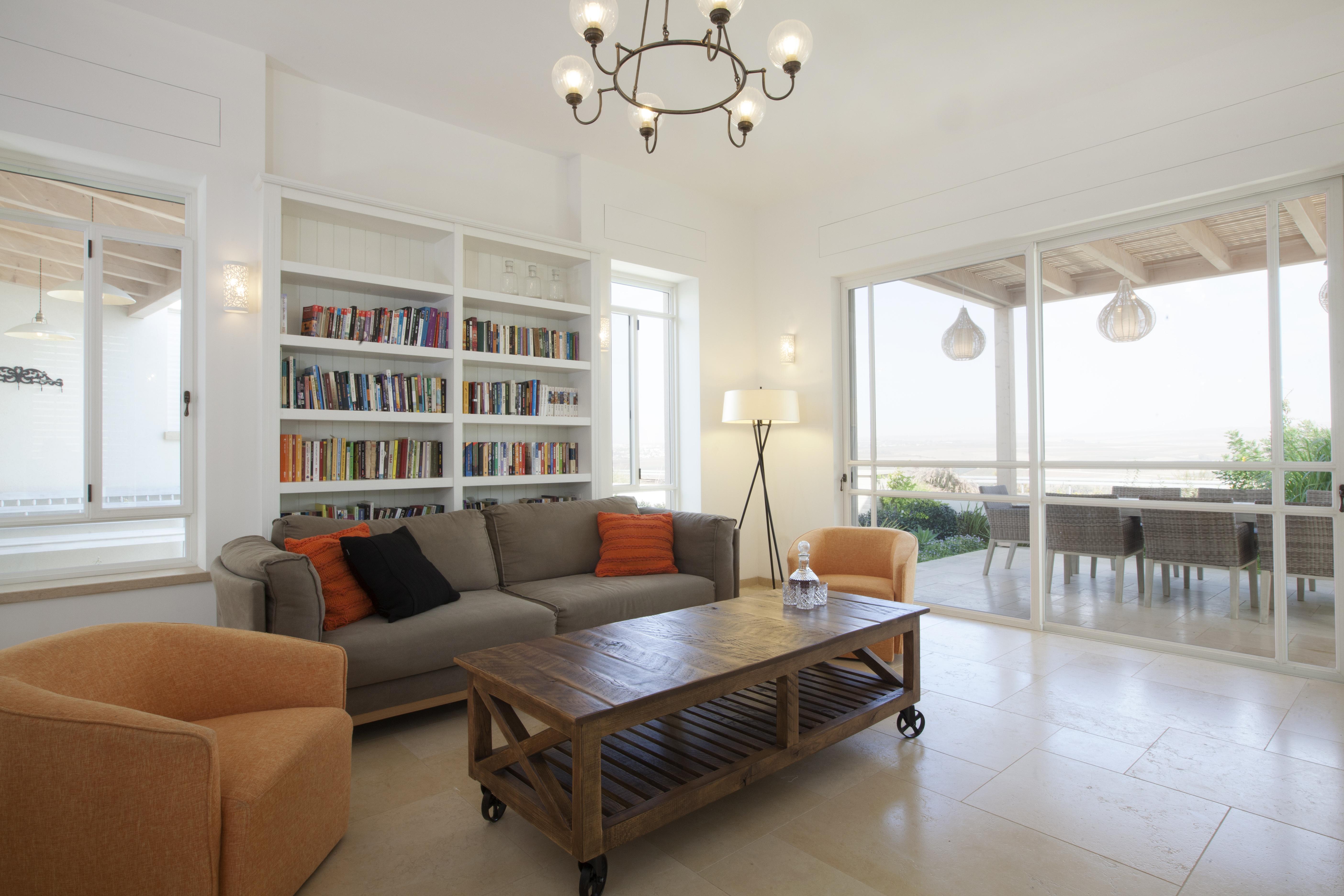 שולחן סלון וספרייה