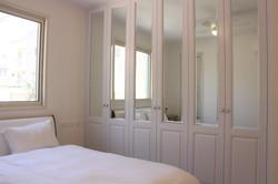 ארון מראות בחדר שינה