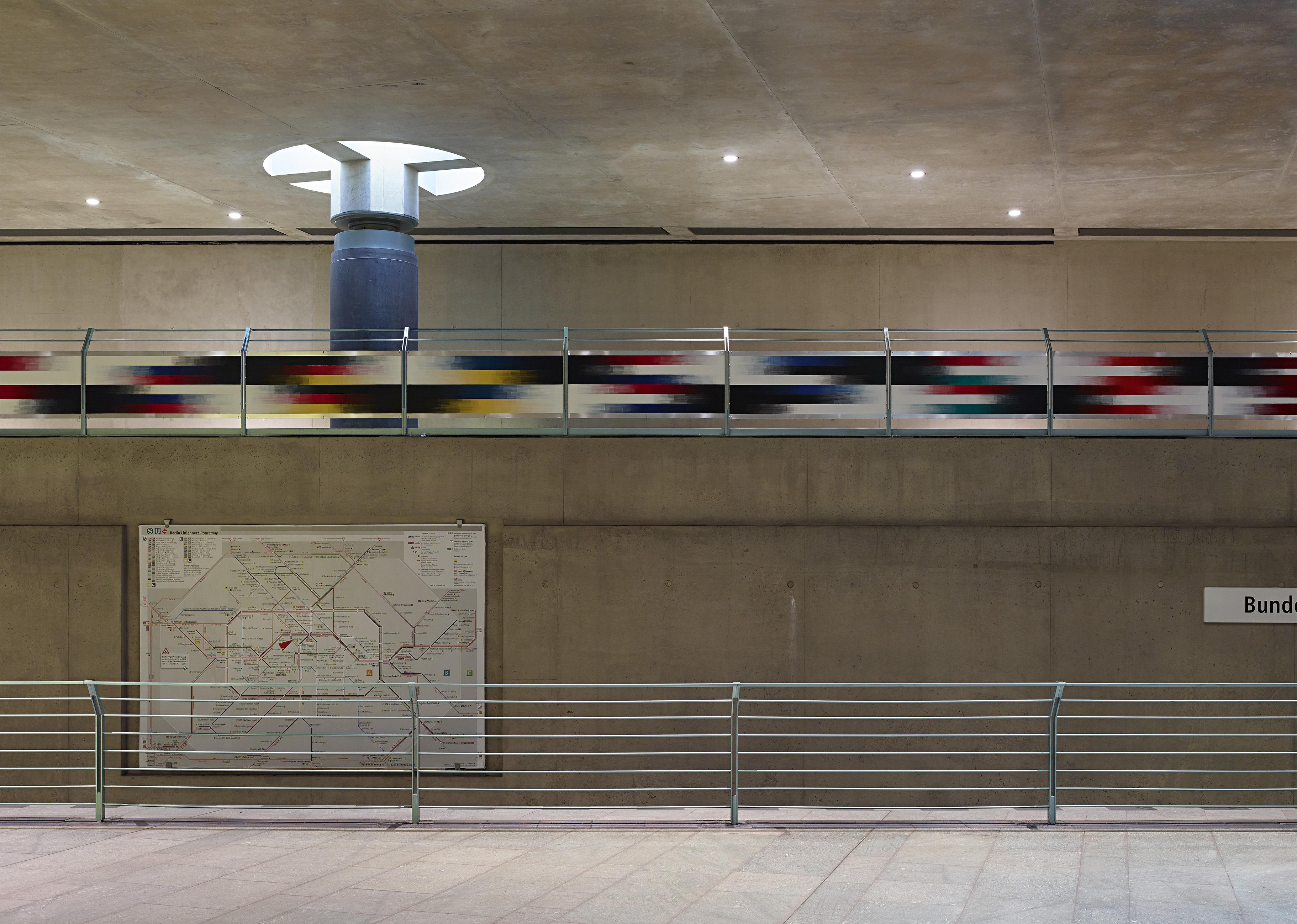 U-Bahnhof_Bundestag_Entfärben_Zu_Weiss_Zu_Schwarz_Elisabeth_Sonneck_Foto_Michel_Bonvin