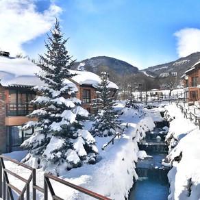 Горы снега в Армении на горнолыжном куроте Цахкадзор