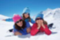 Дети отдыхают в горах зимой