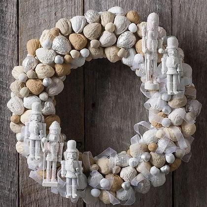 Новогодний венок с орехами