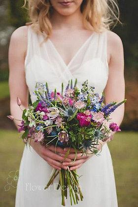 Букет невесты полевой с малиновыми анемонами