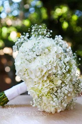 Букет невесты из белой гортензии и гипсофилы