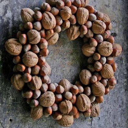Новогодний венок из орехов