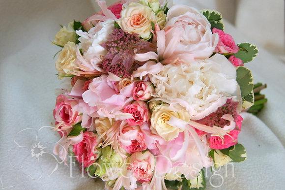 Букет невесты розовых из пионов и кустовой розы
