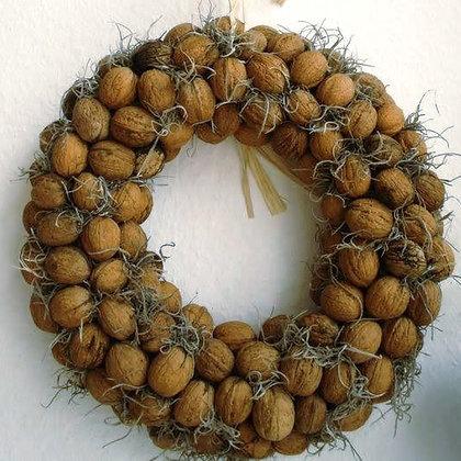 Новогодний венок из грецких орехов