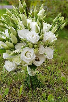 Букет невесты белый, из белой астильбы, белой эустомы