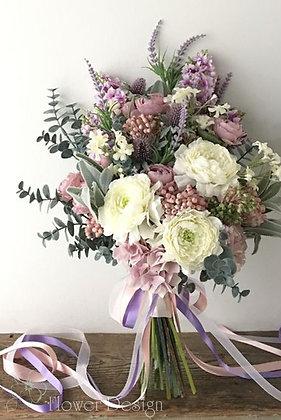Букет невесты пудровый с акцентом белой пионовидной розы