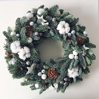 Новогодний венок с белым декором