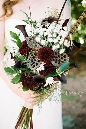 Букет невесты с бордовыми георгинами