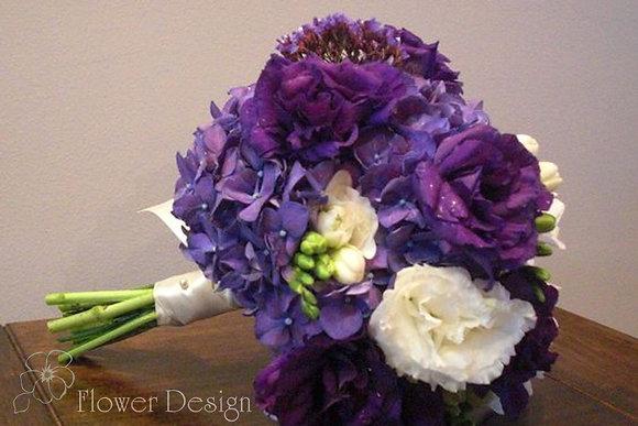 Букет невесты из фиолетовой гортензии и эустомы