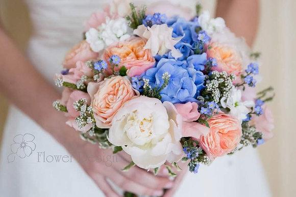 Букет невесты с гортензией голубогоцвета, персиковой пионовидной розой