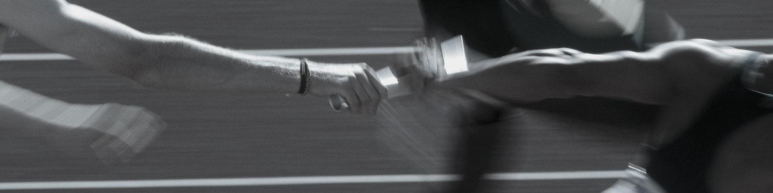 """Headerbild des Job Bereiches """"Weitere Bereiche"""" bei der IT-Firma TECXIPIO in Karlsruhe. Auf dem Bild erkennt man zwei Arme, die sich ein Platt Papier in die Hand geben"""
