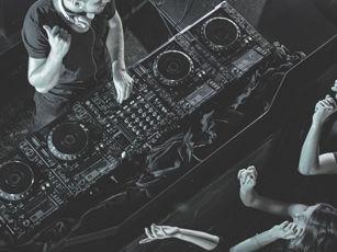 """Link-Bild zur Seite """" Trendberichte"""". Zu sehen ist ein DJ von oben."""
