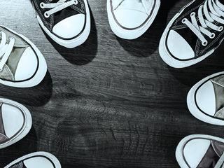 Link-Bild zur Übersichtsseite über alle Jobs bei der IT-Firma TECXIPIO in Karlsuhe. Die im Kreis angeordneten Schuhe ergeben einen Kreis, der das TEAM bei TECXIPIO visualisiert.