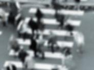 """Link-Bild zur Seite """"Konsumentenverhalten"""" des IT-Unternehmens TECXIPIO. Das etwas unscharfe Bild zeigt Menschen, die einen Zebrastreifen überqueren"""