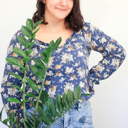 Modra srajca z rožastim vzorcem