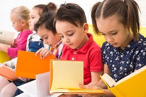 grupo-ninos-leyendo-libros_23-2148107421