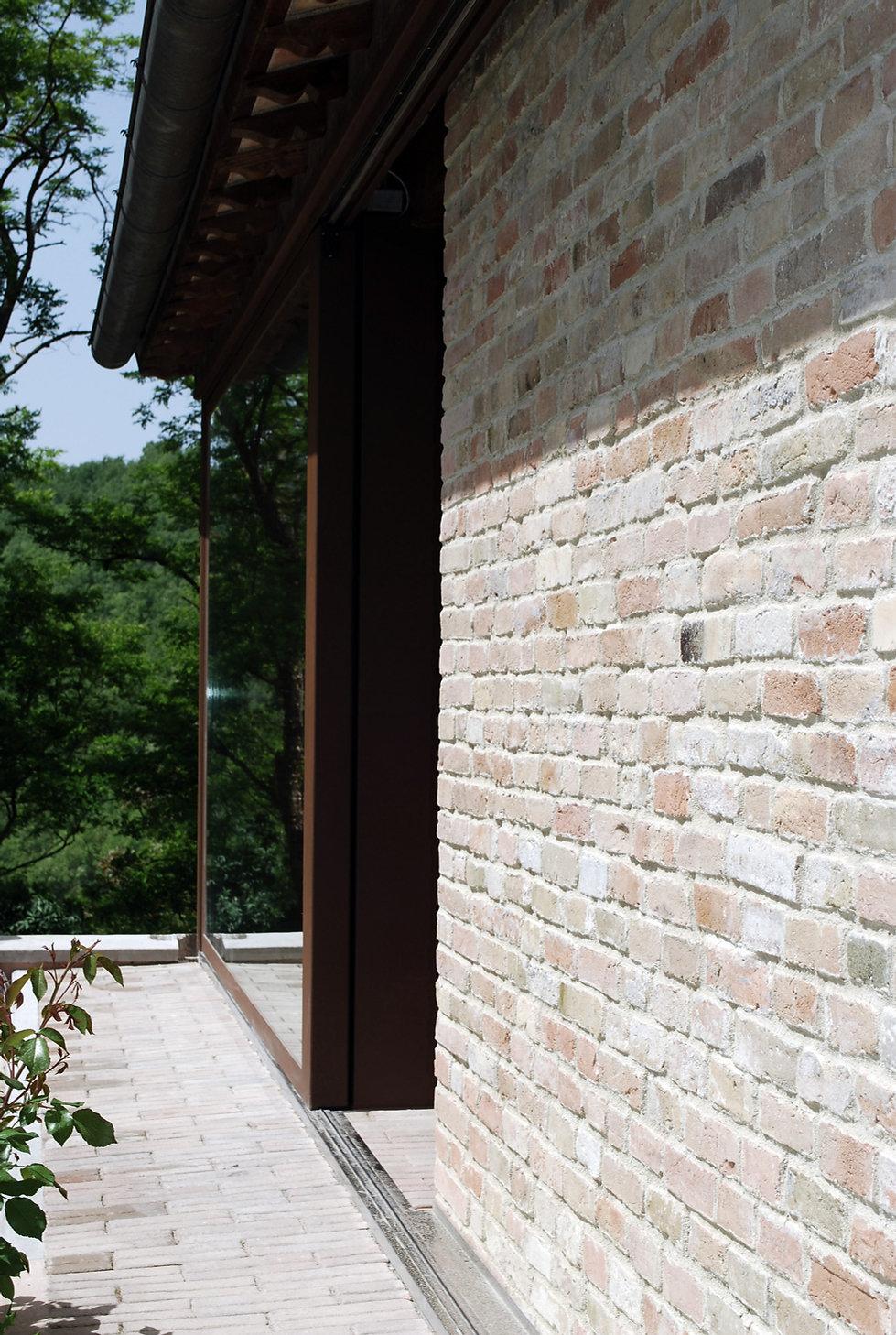 facciata vetro e mattoni