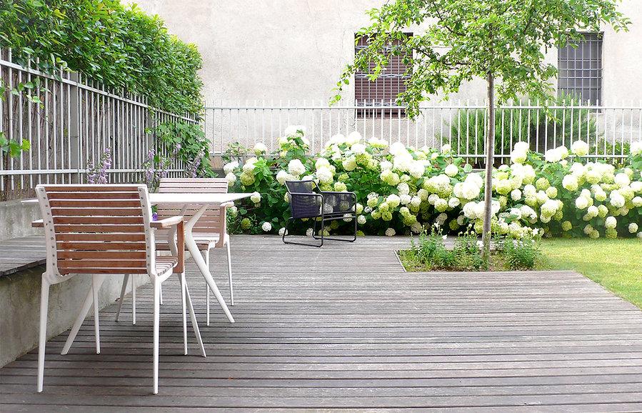 deck e seduta in legno giardino privato