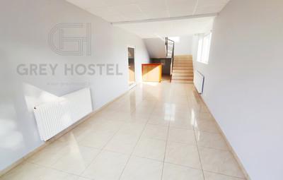 Grey_Hostel_wejście_1_Logo.jpg