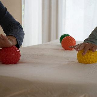Materialen zoals ballen en voetrolletjes maken het oefenen speels en plezierig.
