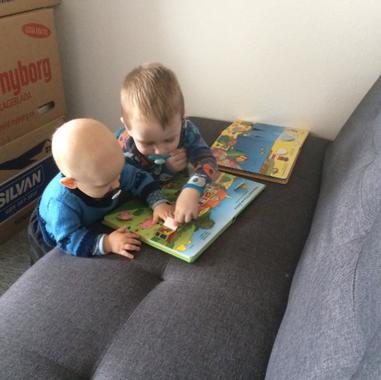 Victor og Oliver læser bog - februar 201